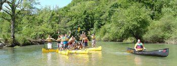 Teamspirit-im-Kanu-wir-sitzen-alle-in-einem-Boot-spass-und-lachen-auf-dem-Fluss-Kanutour-Donau-ein-Tag-gemeinsam-mit-Guide-unterwegs-Teambuilding-Teamtraining-Stuttgart-Ulm-Reutlingen-Sigmaringen-Tuttlingen
