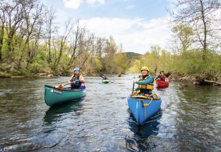 Kanu auf dem fluss - einfach paddeln lernen
